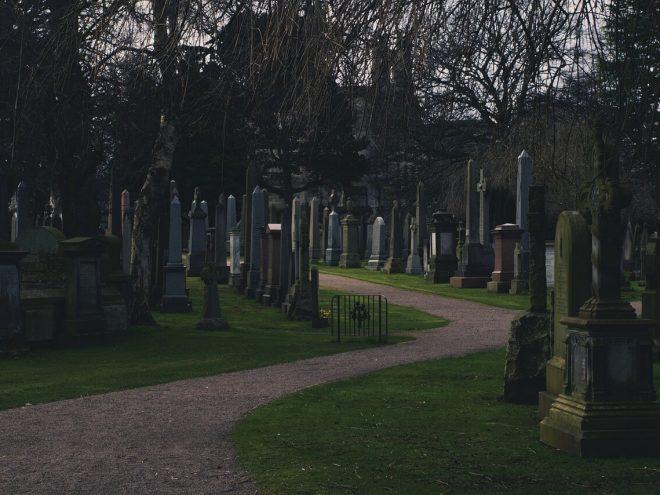 uliczka na cmentarzu